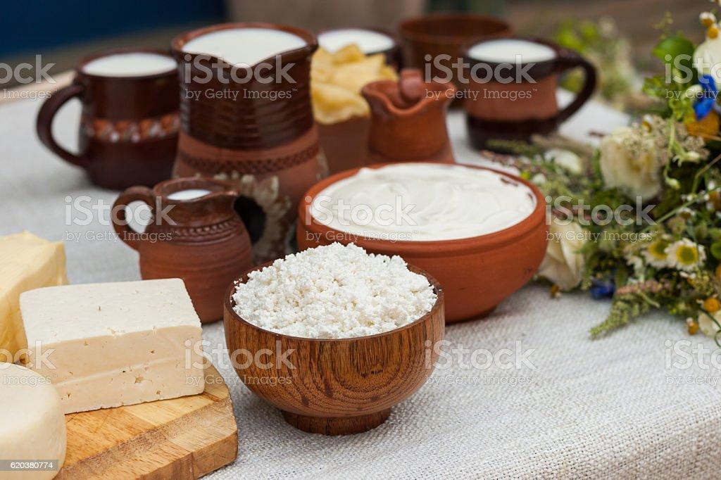 Produtos lácteos na tabela de madeira. foto de stock royalty-free