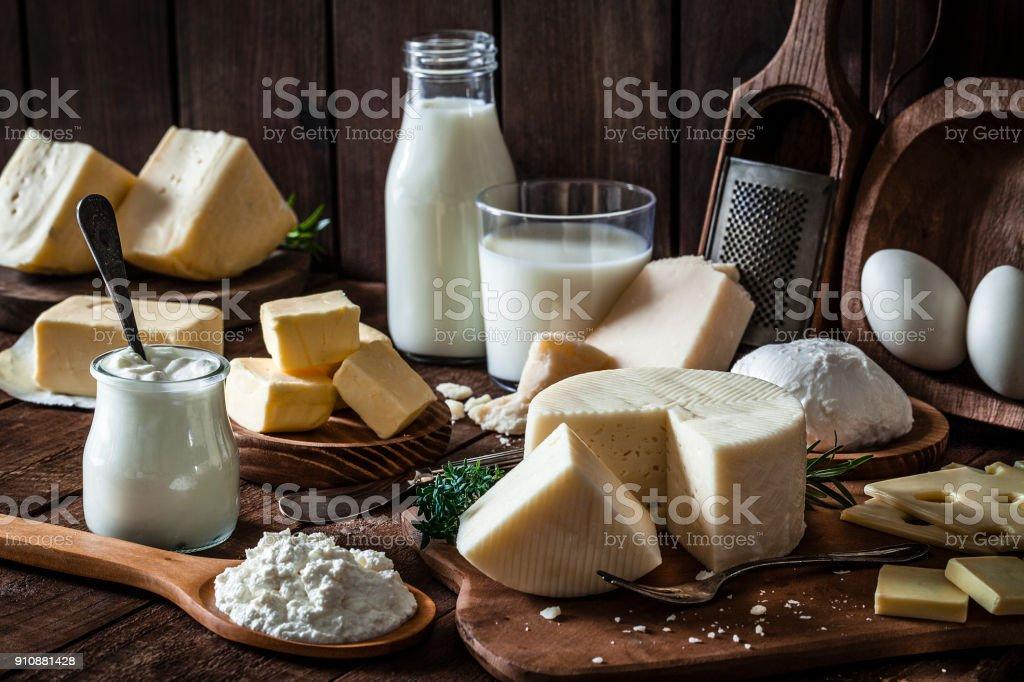 Produits laitiers tourné sur une table en bois rustique - Photo de Aliment libre de droits