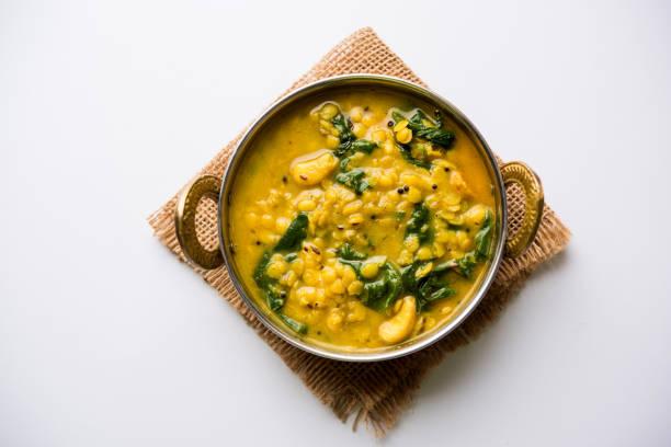 dal palak oder linsen spinat curry - beliebte indische hauptgericht gesundes rezept. serviert in einer karahi/pfanne oder schüssel. selektiven fokus - spinatsuppe stock-fotos und bilder
