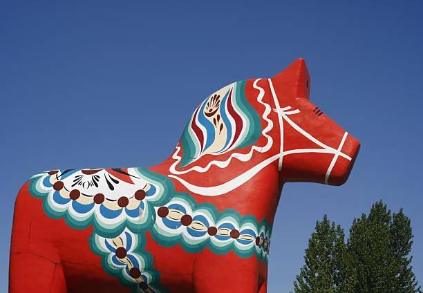 dalecarlian horse - dalarna pferd stock-fotos und bilder