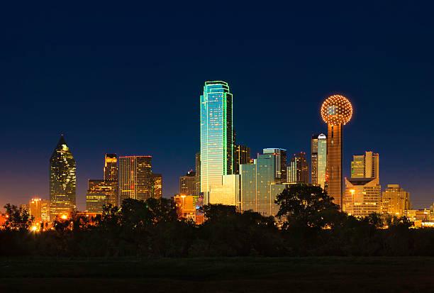 Dallas Texas city skyline panorama der Stadt bei Nacht – Foto