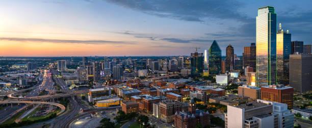 dallas texas avond skyline panorama - stadje stockfoto's en -beelden