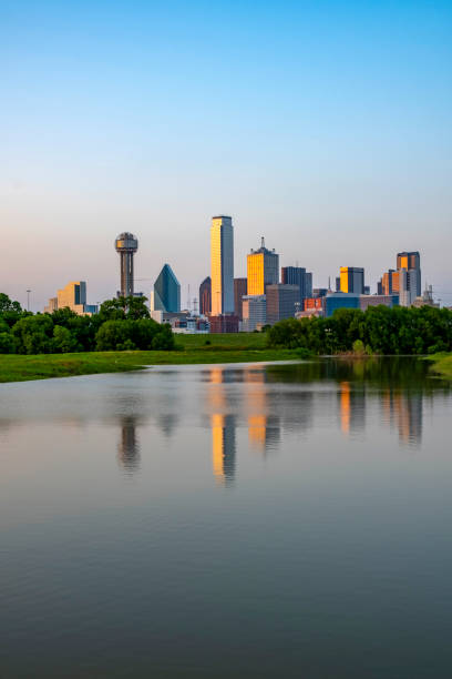 Dallas Texas mit überflutetem Trinity River nach starkem Regen – Foto