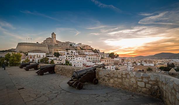 dalt vila fortaleza ao pôr do sol - ibiza imagens e fotografias de stock