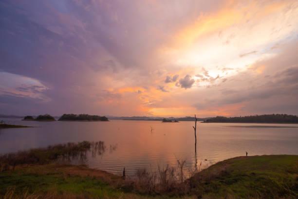 Staudamm und Sonnenuntergang. – Foto