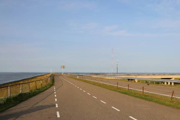 dam in Nederland met de snelweg foto