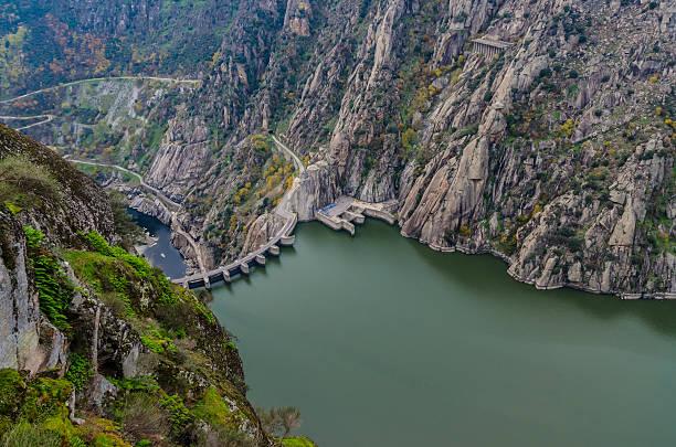 dam international douro natural park - fotos de barragem portugal imagens e fotografias de stock