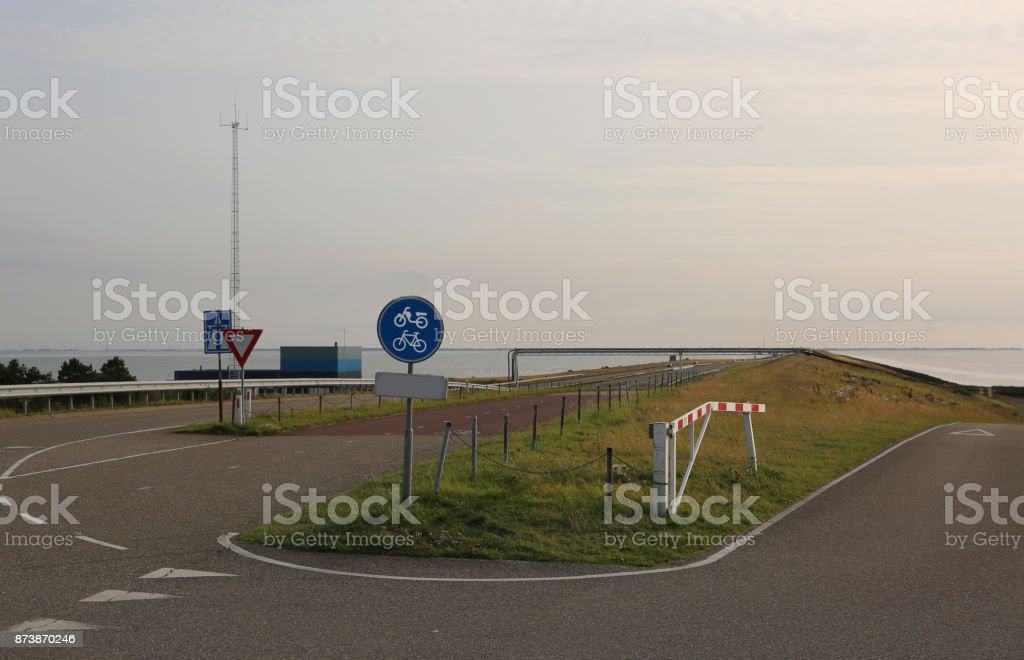dam van Noord-Nederland met de snelweg in het midden foto