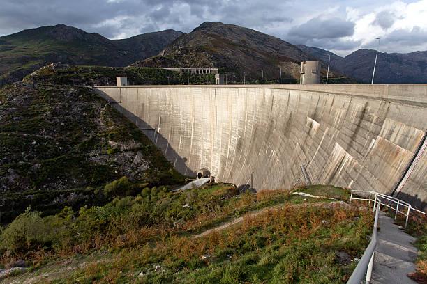 barragem de vilarinho das furnas - barragem portugal imagens e fotografias de stock