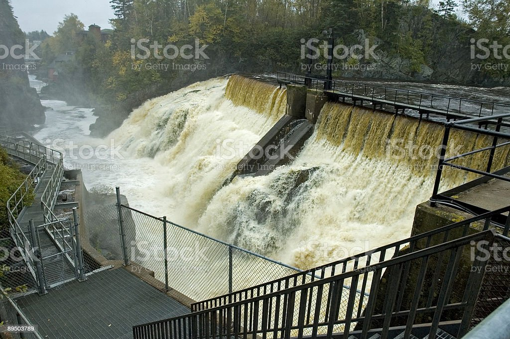 Dam on the Magaguadavic River, New Brunswick royaltyfri bildbanksbilder