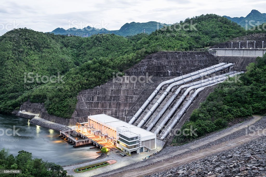 Dam srinakarin power plant in mountain lake at kanchanaburi - foto de acervo
