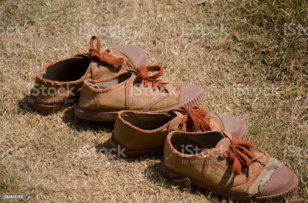 Stockfoto Student Braune Alte de Beschädigte Chaussures Und Tennis 6Yfyb7Igv
