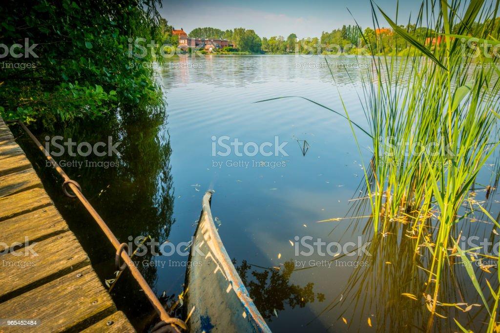 湖上損壞的小船 - 免版稅反射圖庫照片