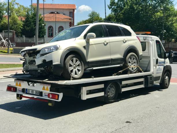 beschädigtes auto nach unfall am abschleppwagen - was bringt unglück stock-fotos und bilder