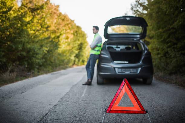 skadad bil på vägen - grundstött bildbanksfoton och bilder