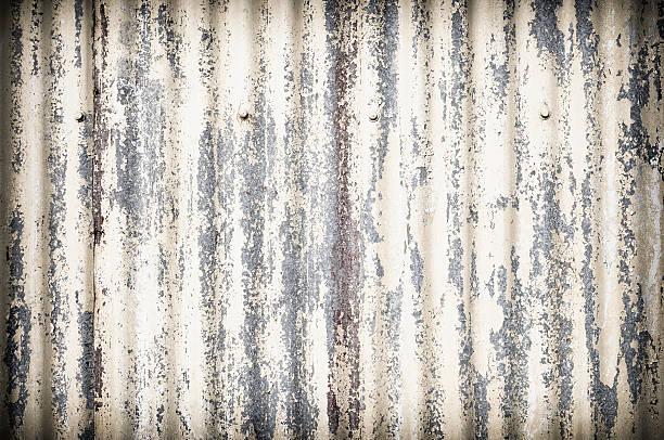 beschädigte geriffelten metall-oberfläche hintergrund - blech stock-fotos und bilder