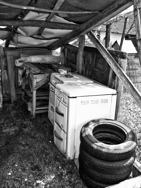 beschädigte halle im hinterhof (bild nr. 02) - mülltonnenhäuschen stock-fotos und bilder