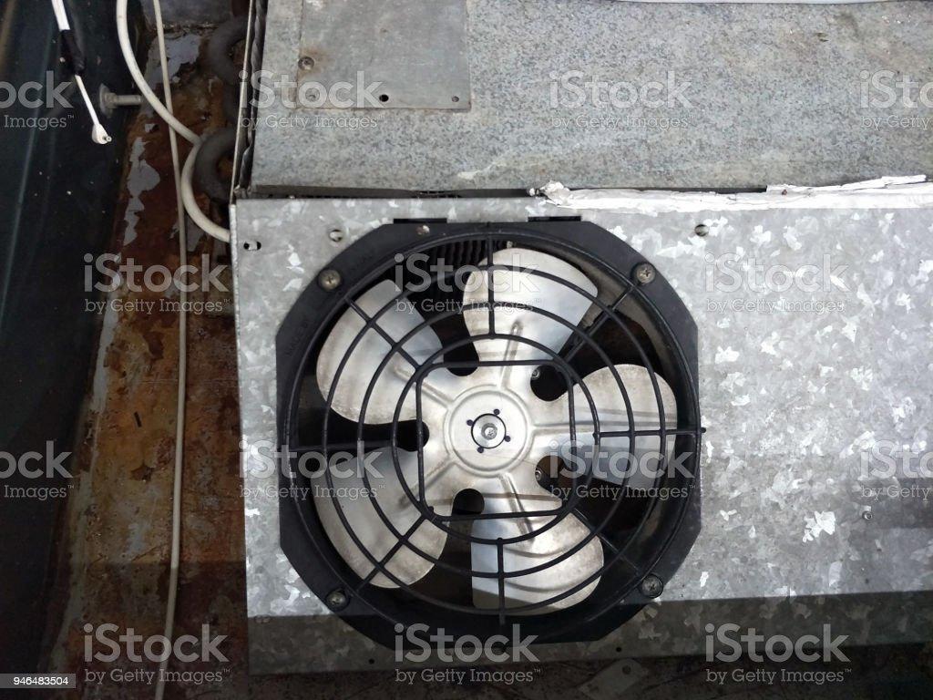 Kühlschrank Lüfter : Beschädigte edelstahl lüfter im alten rostigen kühlschrank