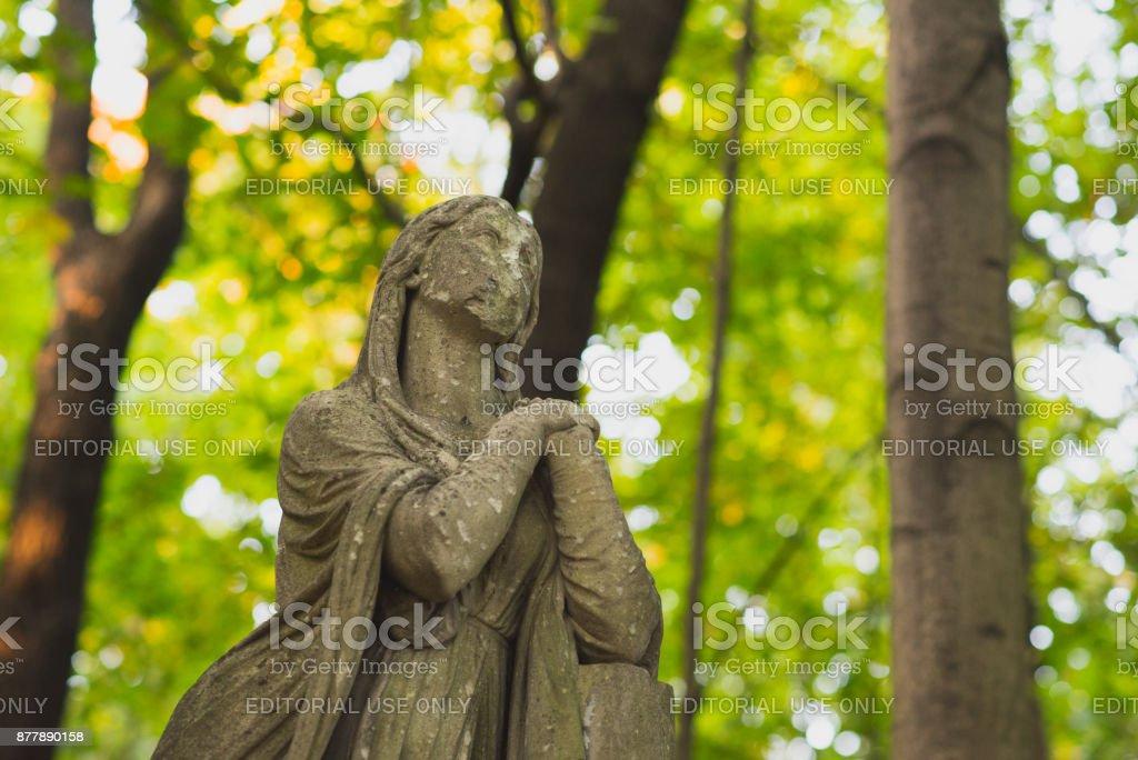 Statue einer trauernden Frau am Friedhof beschädigt – Foto