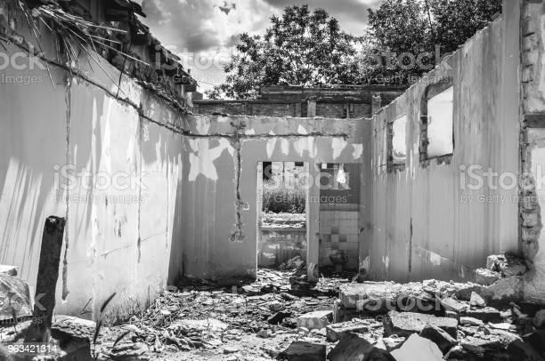 Uszkodzona Ściana Domowego Domu Cywilnego Lub Budynku Z Dziurą I Zawalonym Dachem Zniszczonym Przez Granat W Strefie Wojny Po Bombardowaniu Terrorystów - zdjęcia stockowe i więcej obrazów Bieda - Problem społeczny