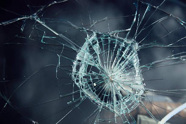 damaged windshield - breuk stockfoto's en -beelden