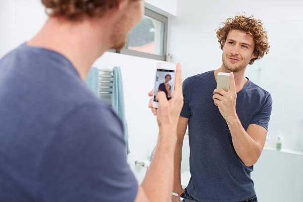 damn, i look good! - cell phone toilet stockfoto's en -beelden