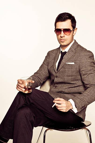 mann sexy mann in sonnenbrille, anzug mit boubon und zigarette - moderne 50er jahre mode stock-fotos und bilder