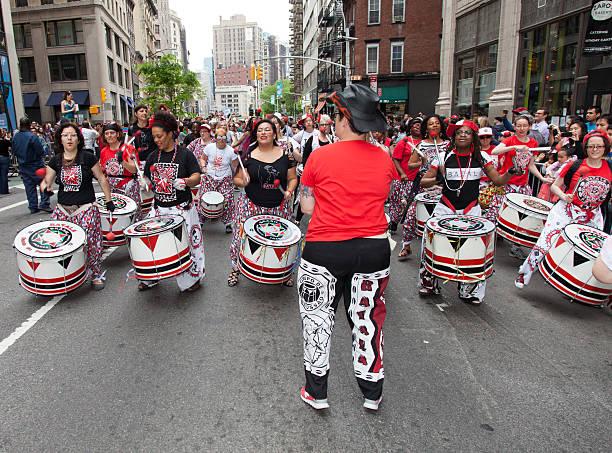 dance parade 2013 - sambatrommeln stock-fotos und bilder