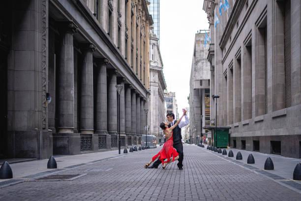 Tanzpartner spielen Tango Argentino in einer alten Straße – Foto