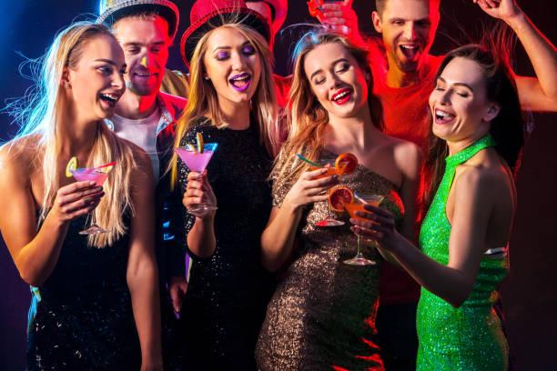 dance-party mit zuversichtlich alpha männlichen tanz und disco-kugel. - lustige trinkspiele stock-fotos und bilder