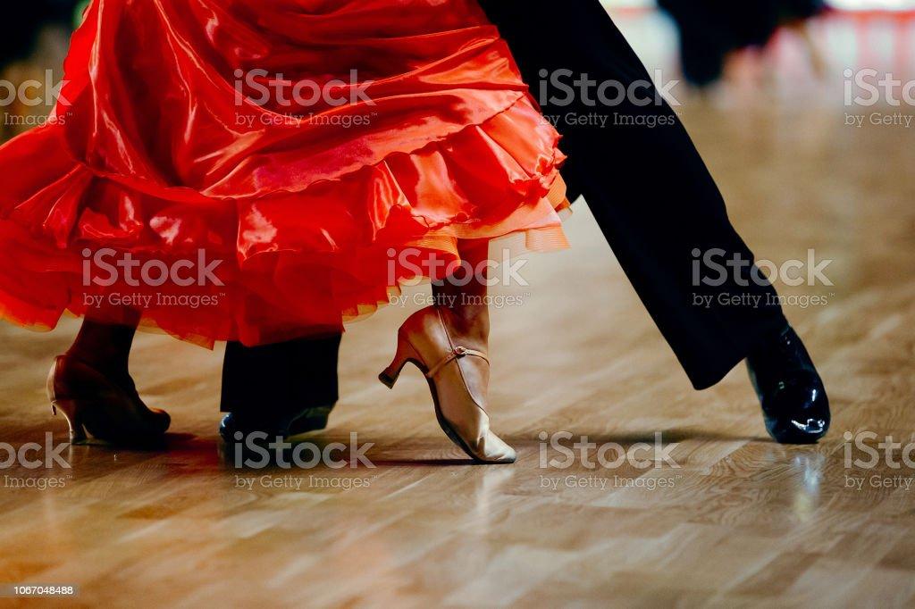 dance sports couple red dress black suit tail - Zbiór zdjęć royalty-free (Bal studencki)