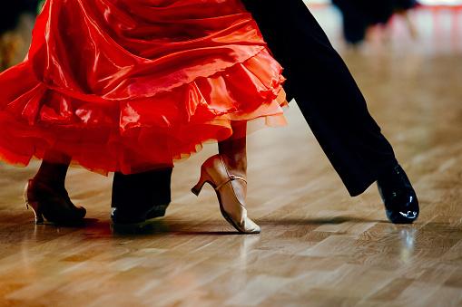 Dance Sports Couple Red Dress Black Suit Tail - zdjęcia stockowe i więcej obrazów Bal studencki