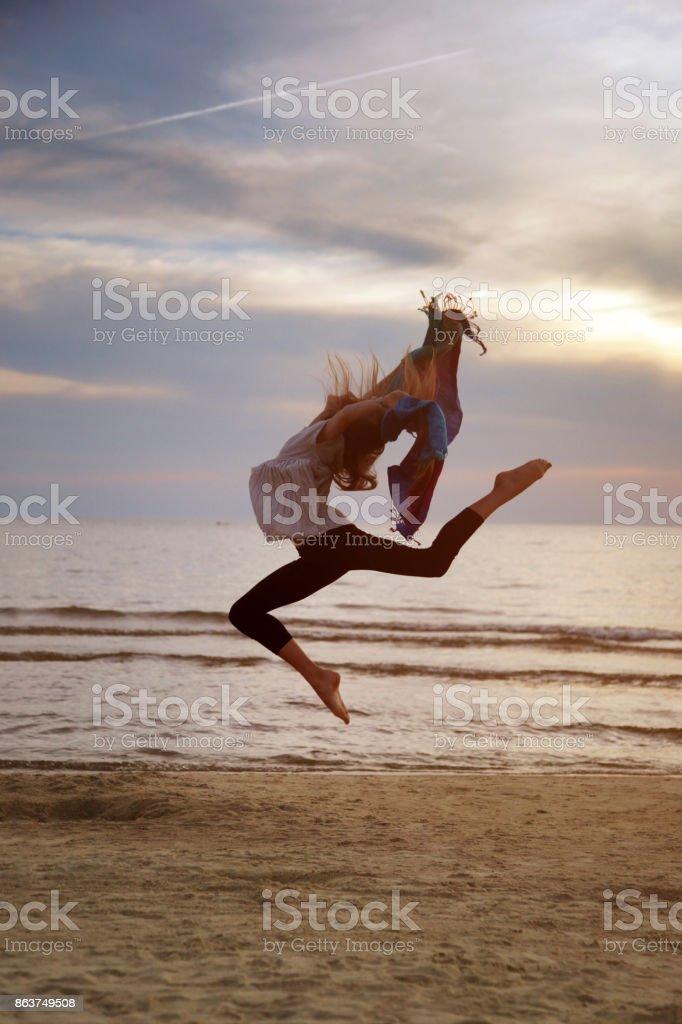 Tänzerin Mädchen am Meer trainieren – Foto