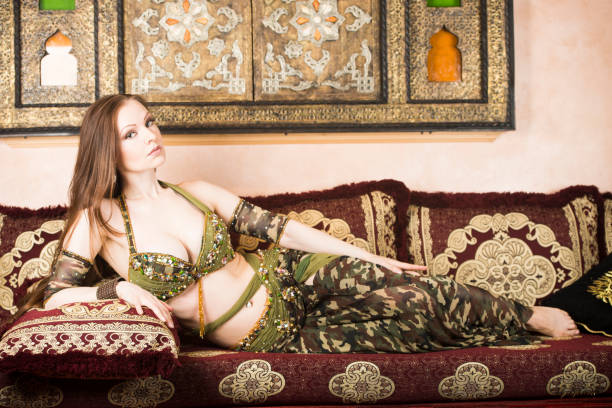 tänzerin in einem sexy kostüm - pumphose stock-fotos und bilder