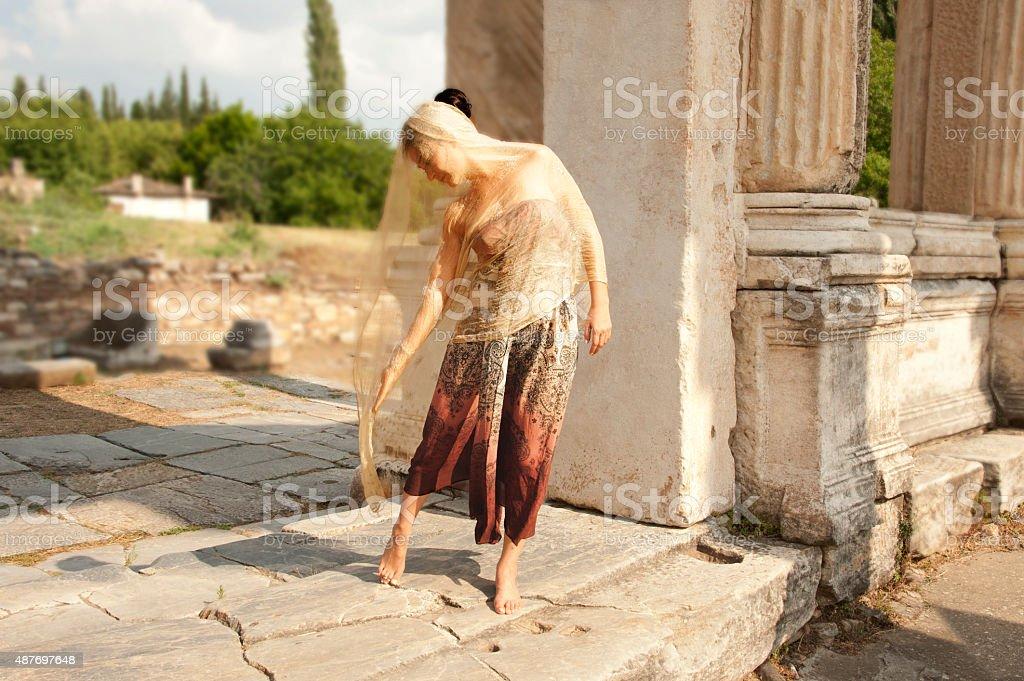 Tänzer in den Ruinen antiker Tempel – Foto