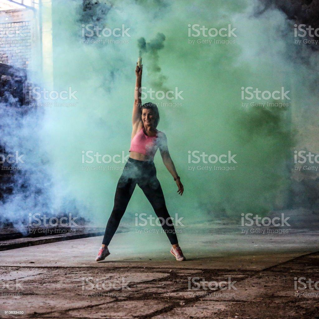 Bailarín en el humo - foto de stock