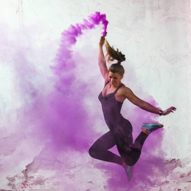 tänzer springen - lila waffe stock-fotos und bilder
