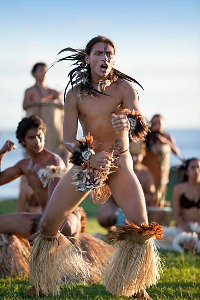 tänzer auf der osterinsel, chile in ahu tahai - osterinsel stock-fotos und bilder