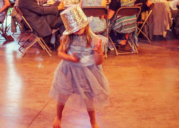 tänzer - hochzeitsfeier mit kindern stock-fotos und bilder