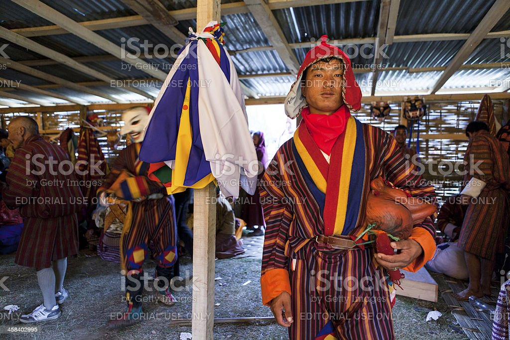 Dancer poses in dressroom at the buddhist festival  of Wangdi foto