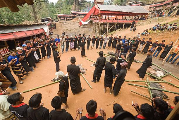Dancers durante un corteo di Tana Toraja - foto stock