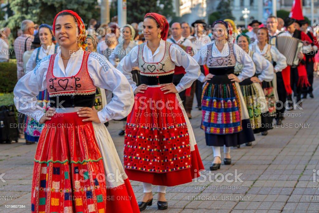 Tänzerinnen Und Tänzer Aus Portugal In Traditioneller ...