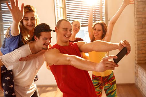 댄서 그룹 춤 스튜디오에 복용 Selfie 가정의 방에 대한 스톡 사진 및 기타 이미지