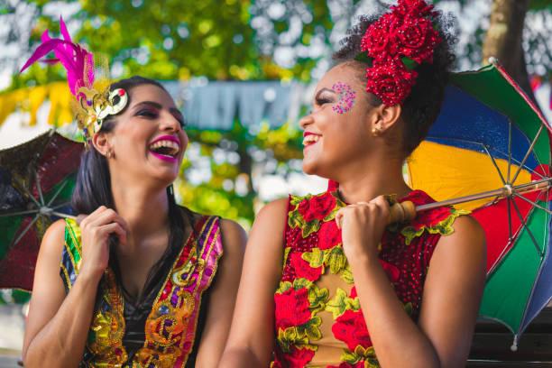 dançarinos segurando guarda-chuvas coloridos - recife e olinda - fotografias e filmes do acervo