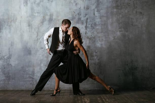 dancers in black dress dancing tango - sala balowa zdjęcia i obrazy z banku zdjęć