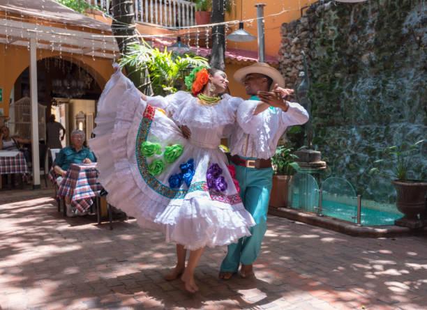 Tänzer im Restaurant – Foto