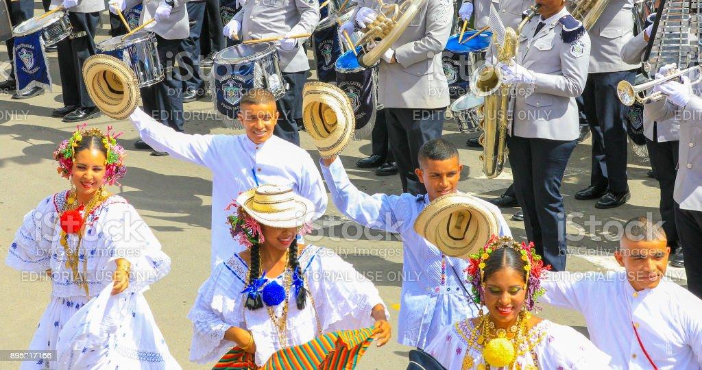dançarinos em traje tradicional na rua - foto de acervo