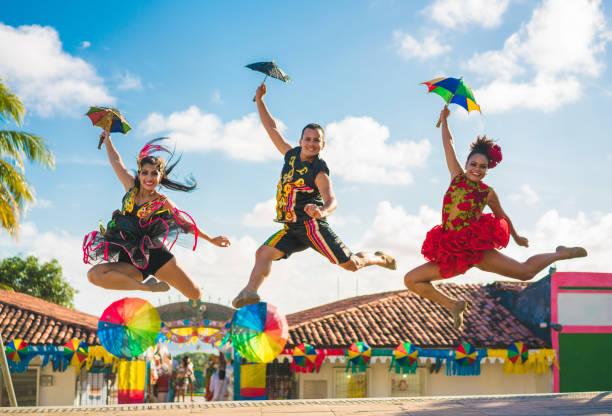 danseurs sautant dans le carnaval brésilien - carnaval de rio photos et images de collection