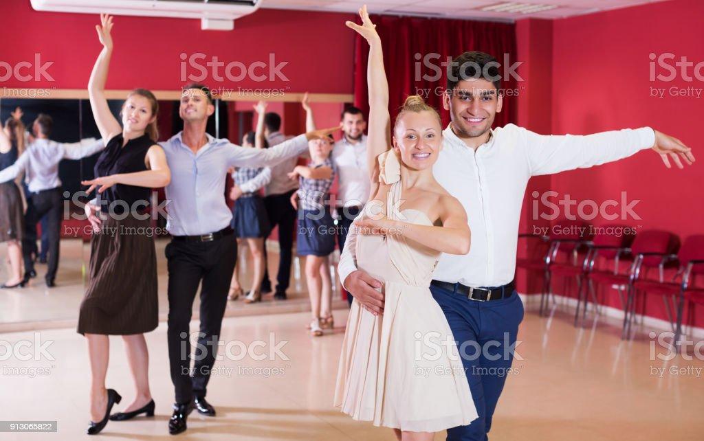 Danse de couples appréciant les danses latine - Photo