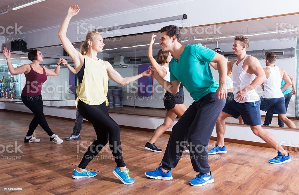 Dancing couples learning swing - foto de acervo